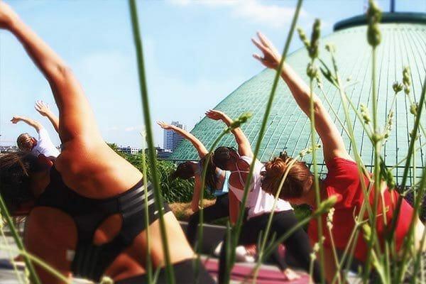 Open air Yoga auf der Dachterrasse des Hotel de Rome Berlin